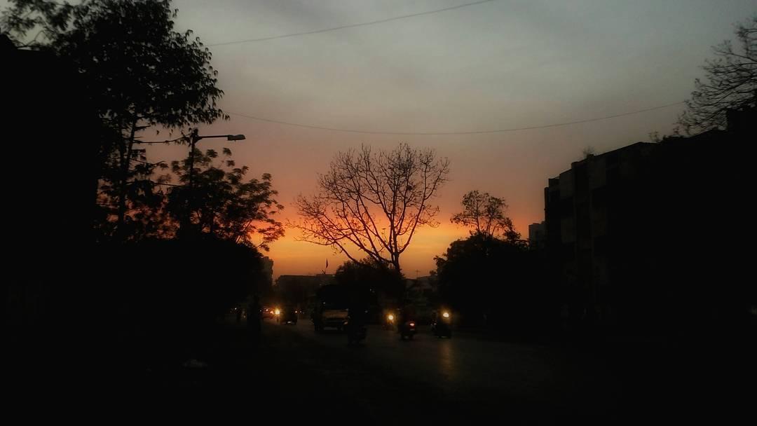 Amazing Ahmedabadi Evening #mobileclick #mobilephotography #picoftheday #beautifulevening #sunset #sunsetcity #DipsPhotography #MementoPhotography #naturephotography #naturepic