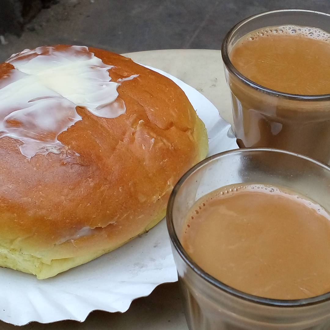Bav thai professional #FoodPhotography.. Enjoy #ahmedabadi #Maskabun & #Rajwadi #Tea.  #hungry #hungrito #foodpic #foodpics #food #streetdood #ahmedabaddiaries #ahmedabad #instagram_of_ahmedabad #aighungrito #ahmedabad_instagram #instamood #iiframe  #instagramahmedabad #instagram_ahmedabad