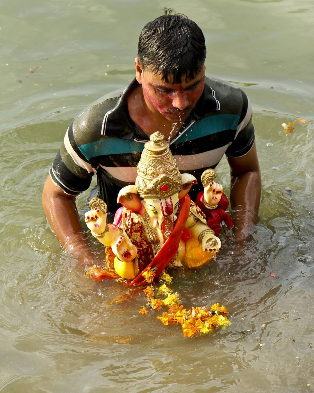 #ganeshvisarjan _3 its not easy to let you go. Goodbye Ganesha. तुझको फिर से जलवा दिखाना ही होगा  अगले बरस आना है आना ही होगा  #ahmedabad #ahmedabaddiaries #instagram_of_ahmedabad #ahmedabad_instagram #instagram_ahmedabad  #ganesh #_soi #clickindiaclick  #indiaclick #clickindia #photographers_of_india #indiaphotographer #ahmedabadphotography #streetofahmedabad #i_hobbygraphy #PhotoContest #myhallaphoto #india_click #streetphotographyindia #candid