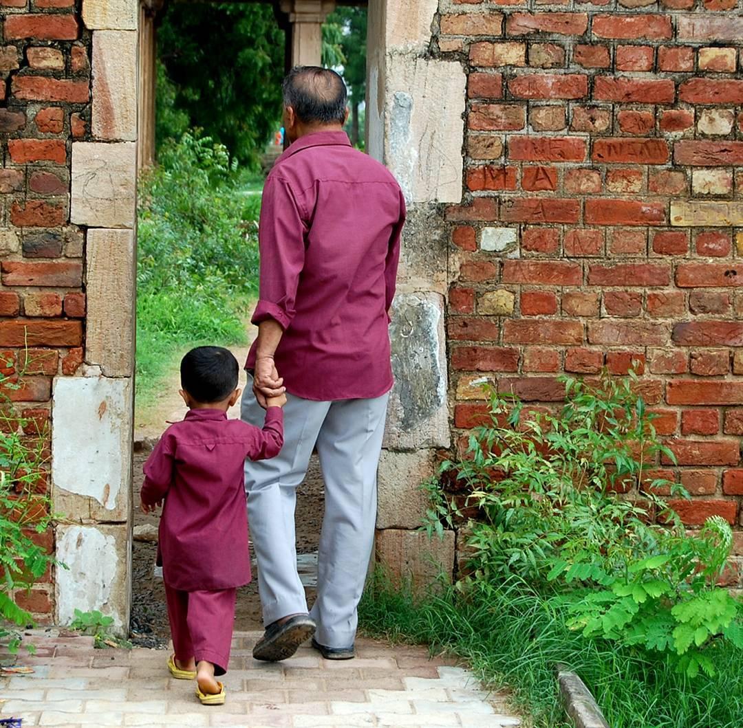 मैं आज भी वो उंगली पकड़ के चलना चाहता हूँ! ◆◇◆◇◆◇◆◇◆◇◆◇◆◇◆◇◆◇◆◇◆◇◆◇◆◇◆◇ #myhallaphoto  #_coi #indianpeoplephotography #incredibleindia #ahmedabaddiaries #ig_india #lonelyplanetindia #india  #storiesofindia #inspiredtraveller #potd #heritage #indiaheritage #heritageindia #instagood #PEOPLE_INFINITY #streetphotographyindia #_soi  #igramming_india #photooftheday #mypixeldiary #indiaclicks  #instagram  #indiapictures #incredibleindia