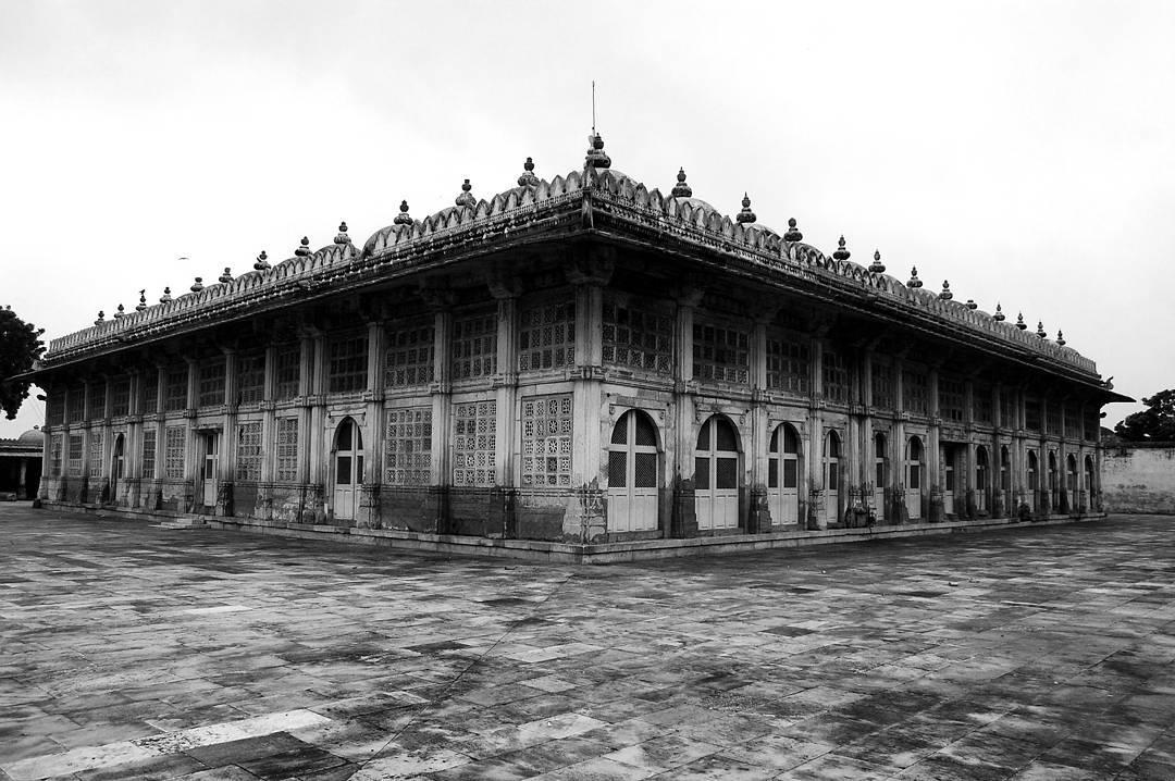 Sarkhej Roza.. 👌 Heritage Place to Visit in Ahmedabad.  #myhallaphoto  #_coi #indianpeoplephotography #incredibleindia #ahmedabaddiaries #ig_india #lonelyplanetindia #india  #storiesofindia #inspiredtraveller #potd #heritage #indiaheritage #heritageindia #instagood #PEOPLE_INFINITY #streetphotographyindia #_soi  #igramming_india #photooftheday #mypixeldiary #indiaclicks  #instagram  #indiapictures #incredibleindia