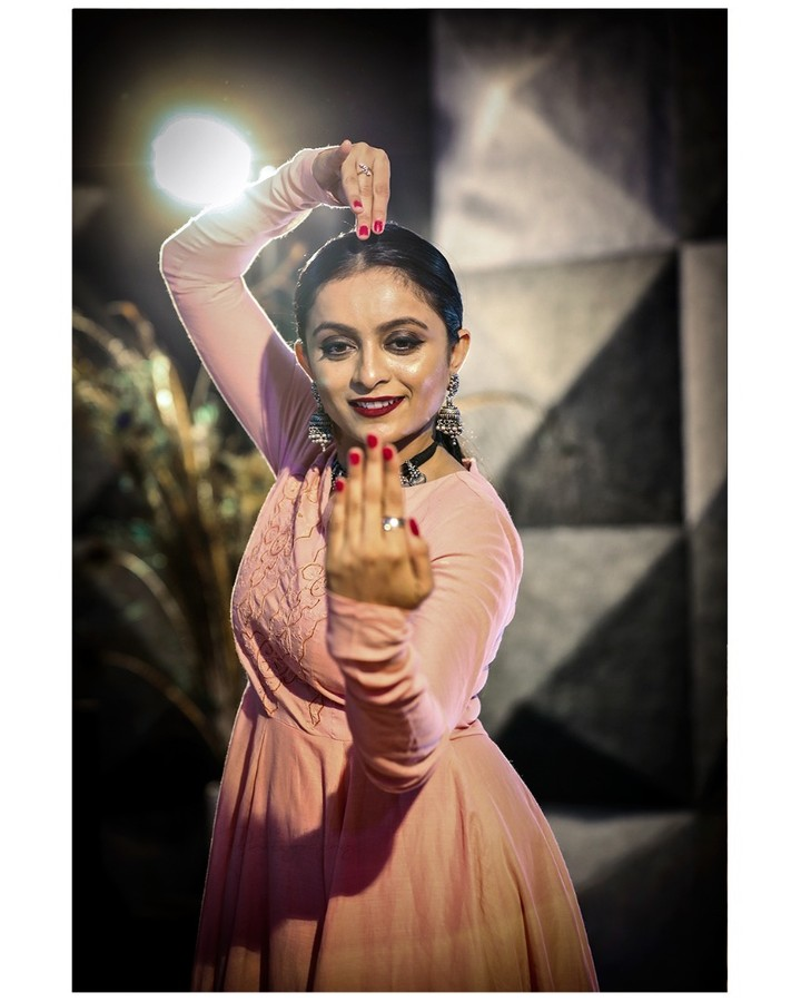 Dance Photo/Video Shoot for : Nrityalaya by Jashoda Patel In Frame : Jashoda Patel Photography by : @dip_memento_photography Video by : @sky_clicks_feelms  Assist : @meandmyphotography11  #nrityalaya #dipmementophotography #nrityalayadance #kathak #kathakdance #classicaldance #ahmedabad #indianclassicaldance #катхак #pirouettes #chakkars #happydancing #classicaldance #indiandancer #dancersofinstagram #indianclassicaldance #dancerslife #classicaldancers #kathakdance #kathakdancer #indianclassicaldancers #9924227745 #spins #lovefordance #worldofdance #dance #love #indiandanceform #music #loveforkathak #dancers #dancersindia