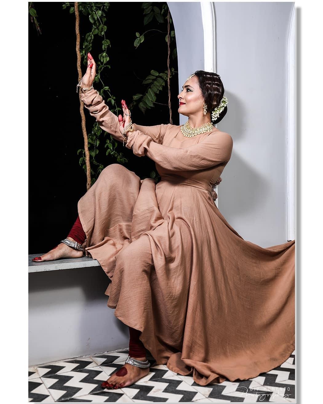 """The job of feets is walking, but their hobby is dancing."" Shoot for Song: Chalte Chalte/ Nupoor khedkar feat.(Pakeezah)  Jewellery: @vrudevjewelsa Wardrobe: @rajparihardesigner  Performers:  Performers: @jashodapatel_kathak @bhuvneshwaripatel @kashish_patel18 Photo/Video: @dip_memento_photography @meandmyphotography11 Makeup: Krishna Bhati  #dipmementophotography #kathak #kathakdance #classicaldance #ahmedabad #indianclassicaldance #pirouettes #chakkars #happydancing #classicaldance #indiandancer #dancersofinstagram #indianclassicaldance #dancerslife #classicaldancers #kathakdance #kathakdancer #indianclassicaldancers #9924227745 #spins #lovefordance #worldofdance #dance #indiandanceform #music #loveforkathak #dancers #dancersindia #chlteChaltesong #LataMangeshkar #Kathak #Pakeezah"